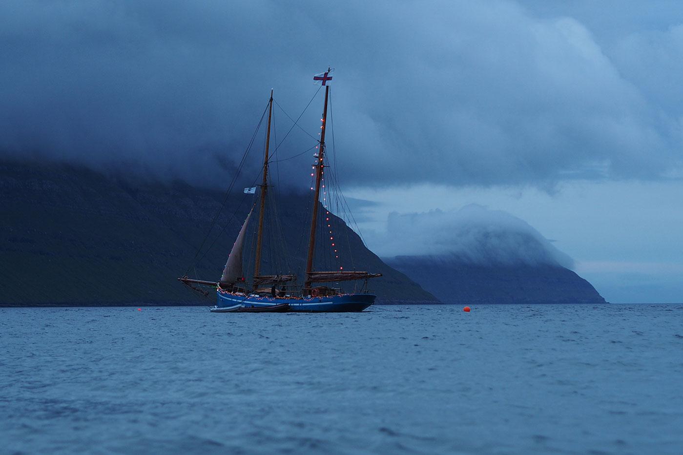 G_Festival_FaroeIslands_Boot_Daemmerung_www.oooyeah.de